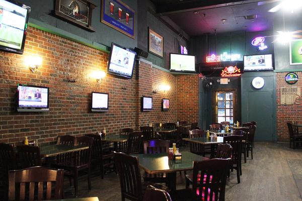 Willie's Pub dining area